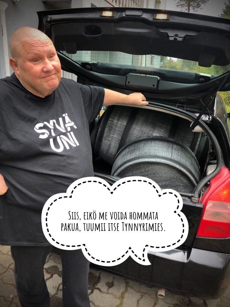 Tynnyrimies ja tilaus autossa